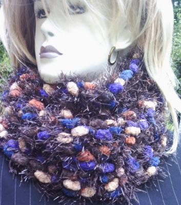 Handgehäkelter Schal gehäkelt aus dicker Strukturwolle in wunderschönen Trendfarben mit leichtem Glitzereffekt kaufen - Handarbeit kaufen