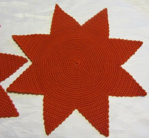 Weihnachtsdeckchen Stern ★ handgehäkelt aus Baumwolle in Rot kaufen