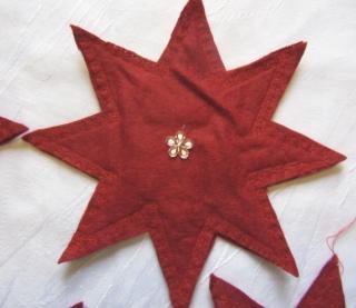 Handgefertigter Stern zugeschnitten und genäht aus Filzstoff in Rot zum Aufhängen als Dekoration kaufen - Handarbeit kaufen