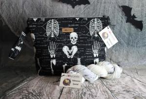 Halloween-Set: Projekttasche Glow in the dark Skelette Größe M und passende handgefärbte Sockenwolle