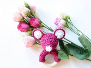Liebevoll gehäkelte Maus - Greifling & Beißring