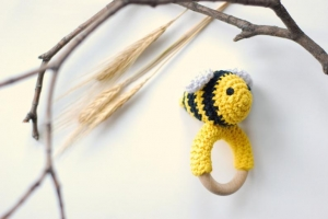 Liebevoll gehäkelte Biene - Greifling & Beißring  - Handarbeit kaufen
