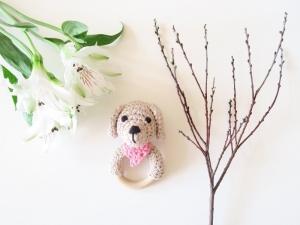 Liebevoll gehäkelter Hund mit Tuch (rosa) - Greifling & Beißring