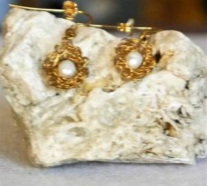 Ohrhänger aus vergoldetem Draht gehäkelt mit Süsswasserperle