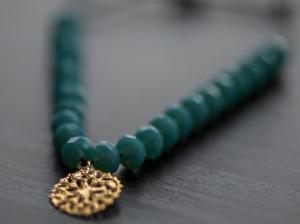 Armband mit Glasperlen und filigranen Ornament