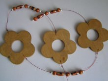 Holzblumenkette mit Perlen