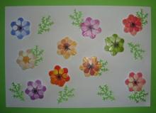 gestanzte Blüten und Blätter zum Dekorieren