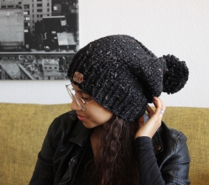 Beanie Bommelmütze in schwarz-fleckig
