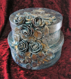 Romantische zweifache Deko-Hutschachtel mit schönen Zierelementen, Stoffrosen und Perlen in Blau und Gold