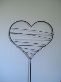 Herz aus Metall mit Draht umwickelt - Gartenstecker - jeder Artikel ist ein Unikat - Handarbeit kaufen