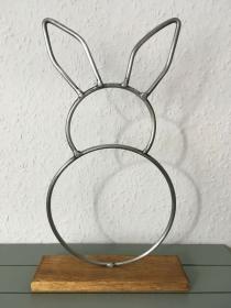 Hase aus Metall mit Standfuß aus Holz - Dekoration - Wohnaccessoire - Handarbeit kaufen
