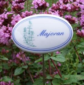 Kräuterschild mit Pflanzenskizze, blauer Schrift und blauen Zierrand. Porzellanschild mit Stab aus Edelstahl.