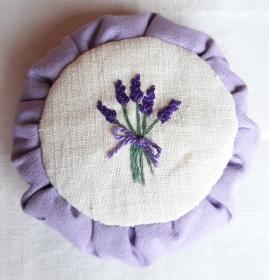 rundes handbesticktes Lavendelkissen mit Lavendelmotiv auf altem Leinenstoff