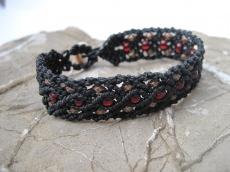 Macrame Armband mit granatroten Perlen
