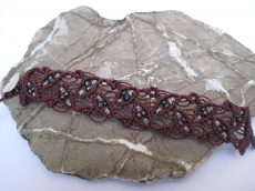 Macrame Armband burgund mit Perlen