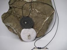 Häkelanhänger Spiralen mit Lederband