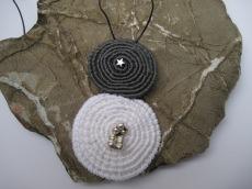 Häkelanhänger Spiralen mit Lederband, Kette, Textilschmuck