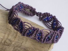 Zart Lila: Macrame Armband mit Perlen