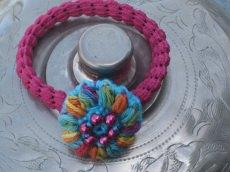 Haargummi mit bunten Blütenknopf, Haaraccessoire, Haarschmuck