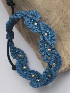 Macramearmband auf Leder mit Perlen