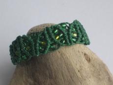 Grünes Macrame Armband mit Perlen