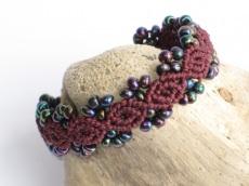 Armband Macrame mit Perlen in Burgund