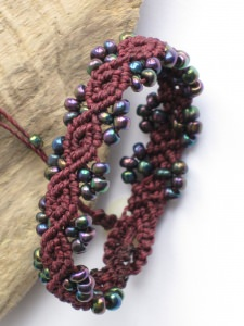 Armband Macrame mit Perlen in Burgund, Macrameschmuck, Armband