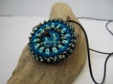 Häkelmedaillon mit Perlen bestückt, Häkelkette, Textilschmuck