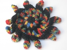 Krakenblume als Brosche, Textilschmuck, Häkelbrosche