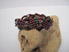 Macramearmband mit Perlen in burgund, Macrameschmuck, Armband