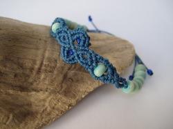 Macrame Armband in jeansblau mit türkisen Holzperlen