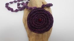 Lila Häkelkette mit Perlen, Halskette, Textilschmuck