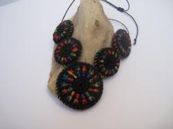 Häkelkette: bunte Häkelmandalas am Hals, Halskette, Textilschmuck