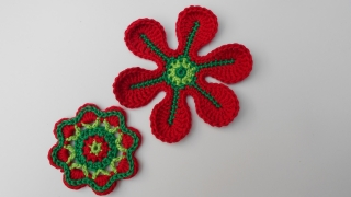 Häkelapplikation: 2 Häkelblumen, Häkelblumen zum basteln dekorieren und gestalten