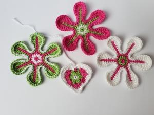 Applikations Set: 3 Häkelblumen, Aufnäher, Blumen, 1 Herzchen als Geschenkanhänger