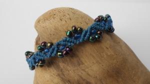 1 blaues Makramee Armband mit irisierenden (purple green) und blauen Glasroccailles auf blauen Macrameband