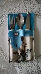 Bestecktaschen mit Schleife und Brosche
