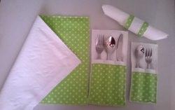 4 Teil-Set: 1 doppelseitig Serviette, 1 klein und 1 groß Bestecktaschen, 1 Serviettenring.
