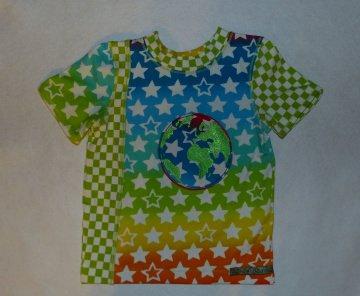 Genähtes buntes T-Shirt - Jungenhirt 110/116 mit Weltkugel
