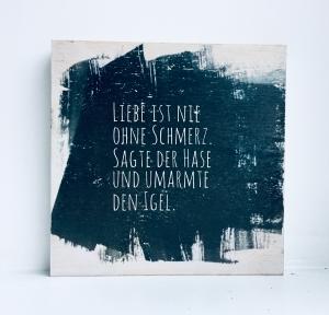 Holzbild ♡ Liebe ist nie ohne Schmerz, sagte der Hase und umarmte den Igel. Geschenk Bild Jahrestag