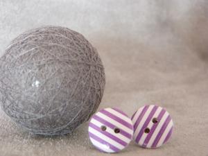Ohrstecker weiß mit lila Streifen