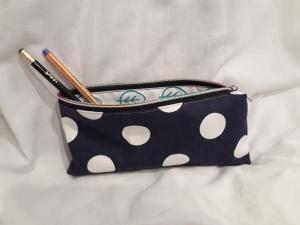 Mäppchen/ Federmappe/ Stiftemäppchen/ Schminktasche blau mit großen weißen Punkten