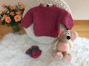 Zauberhafter Babypullover mit passenden Söckchen - Handarbeit kaufen