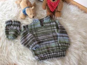 Lässiger Baby Sommer Pulli mit passenden Söckchen - Handarbeit kaufen