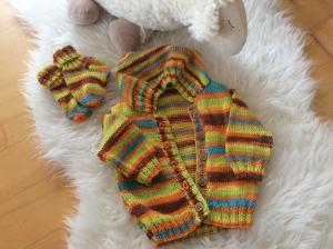 Kunterbunte Baby Kapuzenjacke mit passenden Söckchen - Handarbeit kaufen