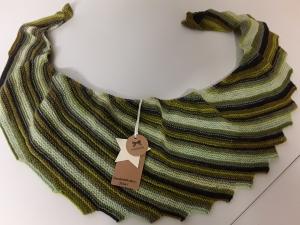 Wunderschöner Drachenschwanzschal in grün-melliert und von Hand gestrickt