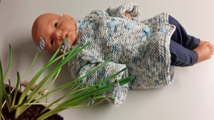 Babyjäckchen mit Raglanzöpfen, handgestrickt in multicolor beige,weiß, blau