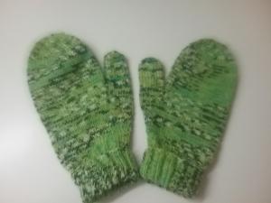 Fausthandschuhe in grün mit Daumenkeil, handgestrickt