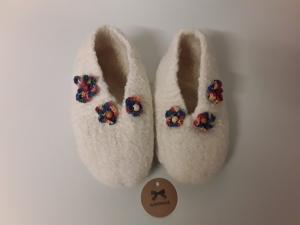 Zauberhafte Hausschuhe, Schuhgröße  31/32 handgestrickt und gefilzt - verziert mit hübschen Blumen