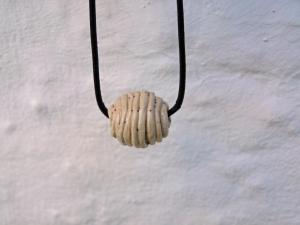 Keramik Perle an d. Lederband